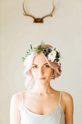 Różowe włosy - krótkie fryzury ślubne