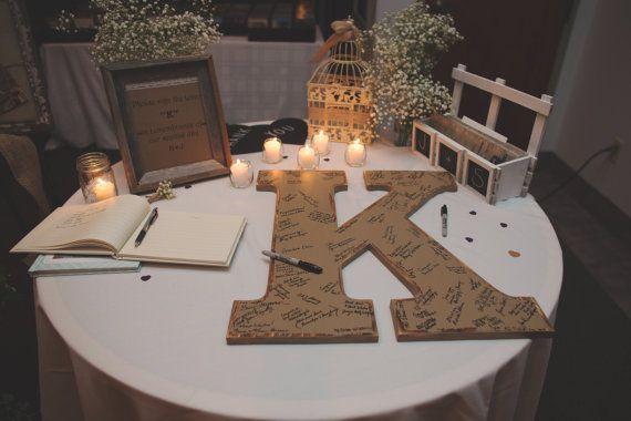 drewniana litera jako księga gości