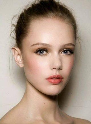 Makijaż ślubny 2020 różowe usta