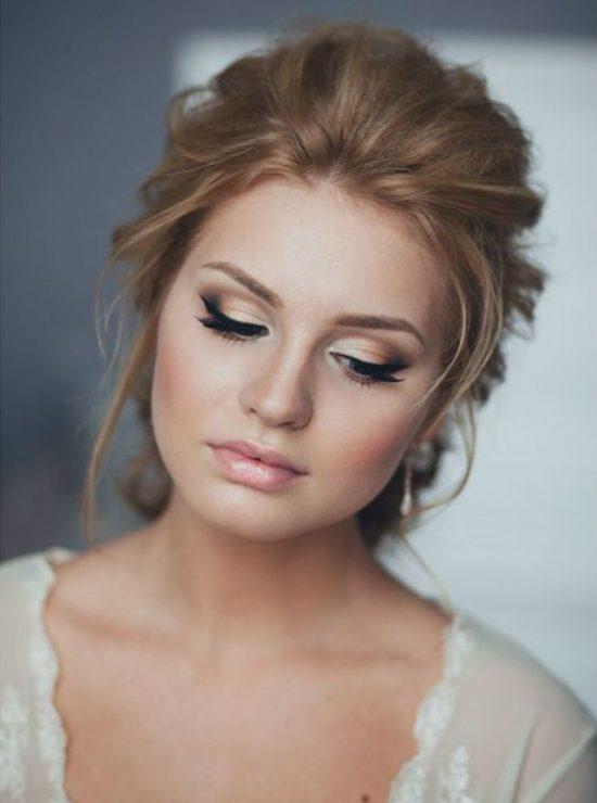 Makijaż ślubny z kępkami rzęs