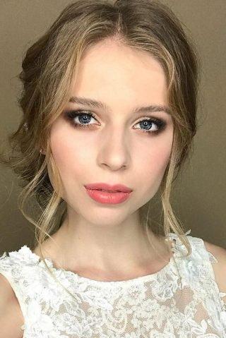 Różowe usta w makijażu ślubnym