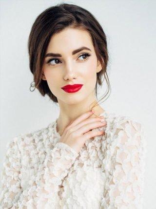 Krwista czerwień w makijażu ślubnym