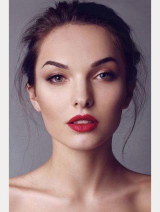 Makijaż ślubny z bordowymi ustami