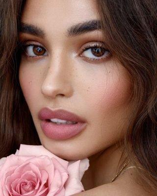 Makijaż ślubny z różem na policzkach