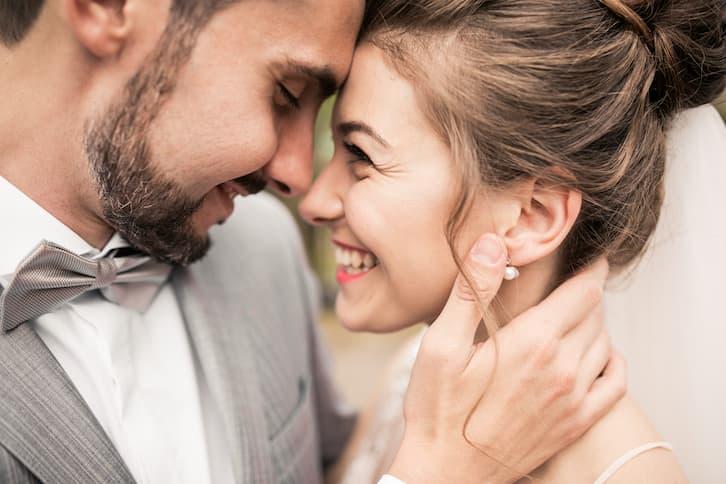 ślub kościelny młoda para uśmiecha się do siebie