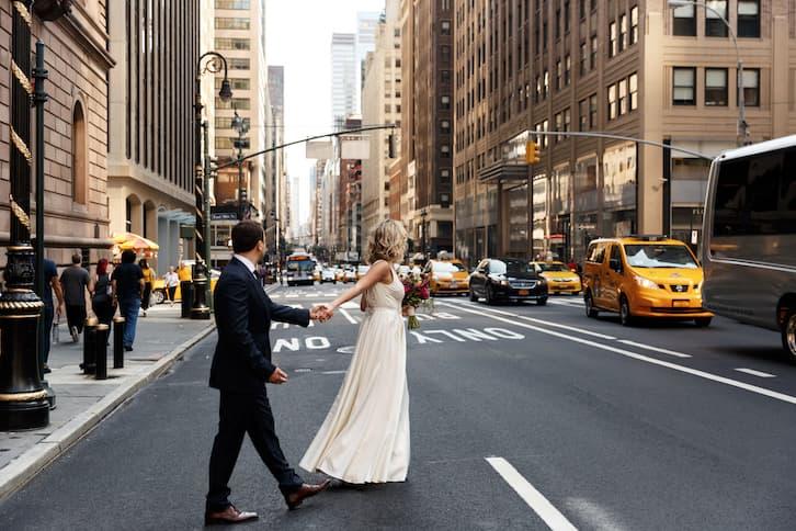 para młoda przechodzi przez ulicę w Nowym Jorku