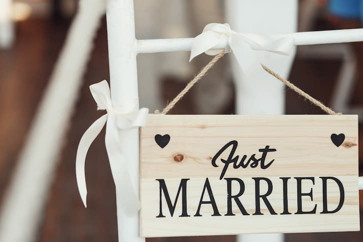 krzesło z tabliczką zmiana nazwiska po ślubie