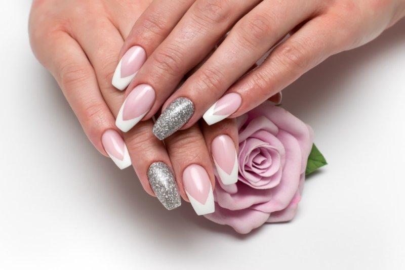Manicure ślubny 2020 - srebrne paznokcie