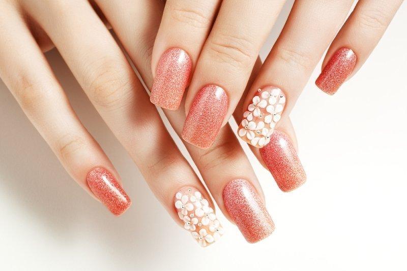 Manicure ślubny 2020 - koralowe paznokcie