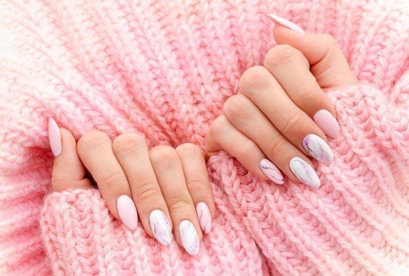 Marmurkowe paznokcie ślubne