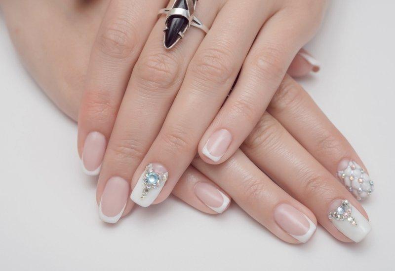 białe paznokcie ślubne