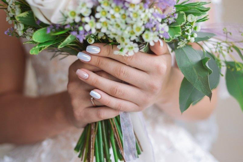 Manicure ślubny 2020 - perłowe paznokcie