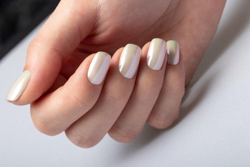 Perłowy manicure ślubny