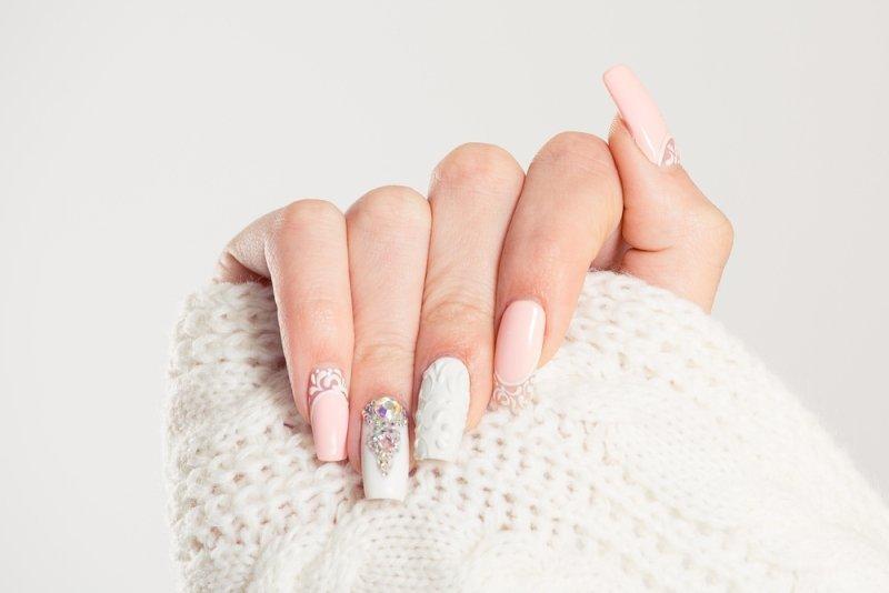 Manicure ślubny z kryształkami