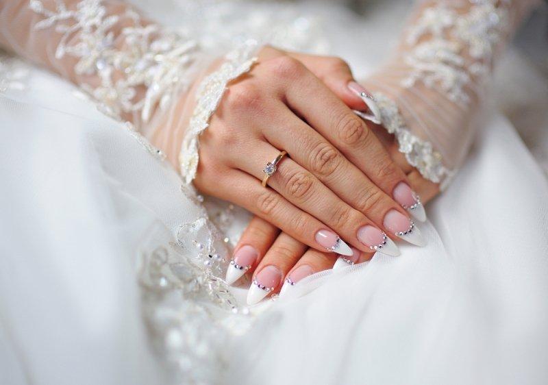 Manicure ślubny 2020 - paznokcie z kryształkami