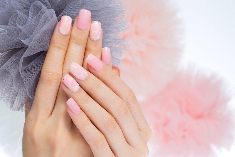 Manicure ślubny 2020 - różowe paznokcie