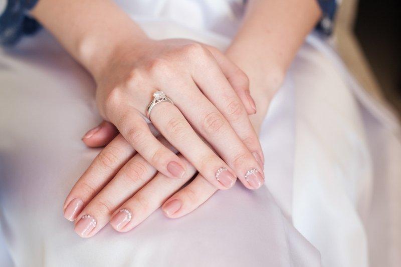 Manicure ślubny 2020 - beżowe paznokcie