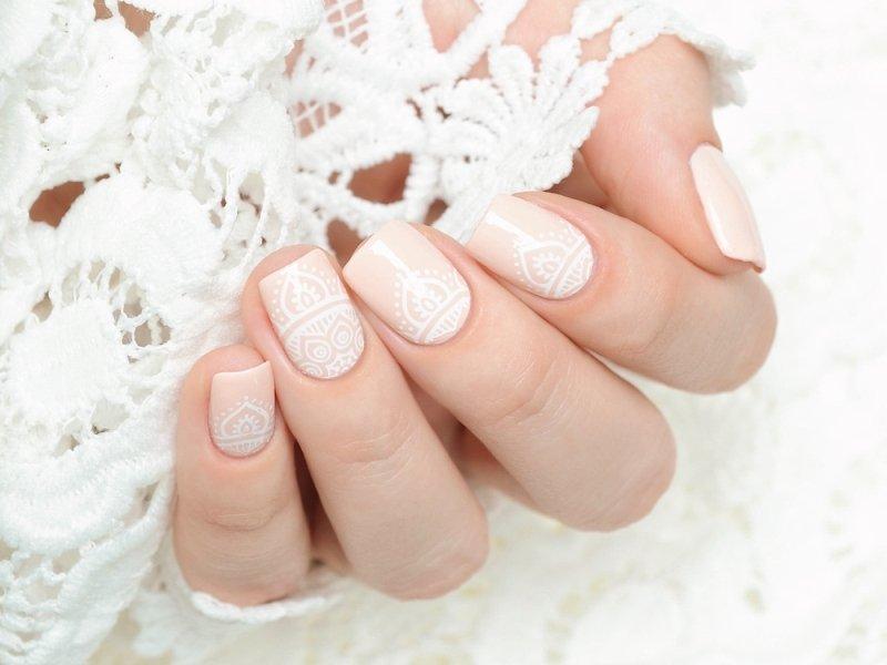 Beżowy manicure ślubny