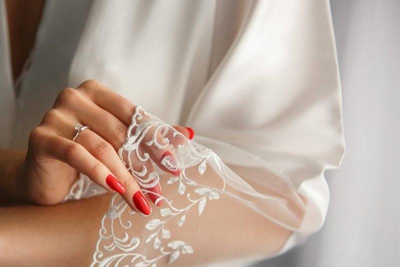 Manicure ślubny 2020 - czerwone paznokcie