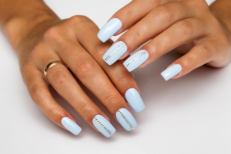 Manicure ślubny 2020 - niebieskie paznokcie