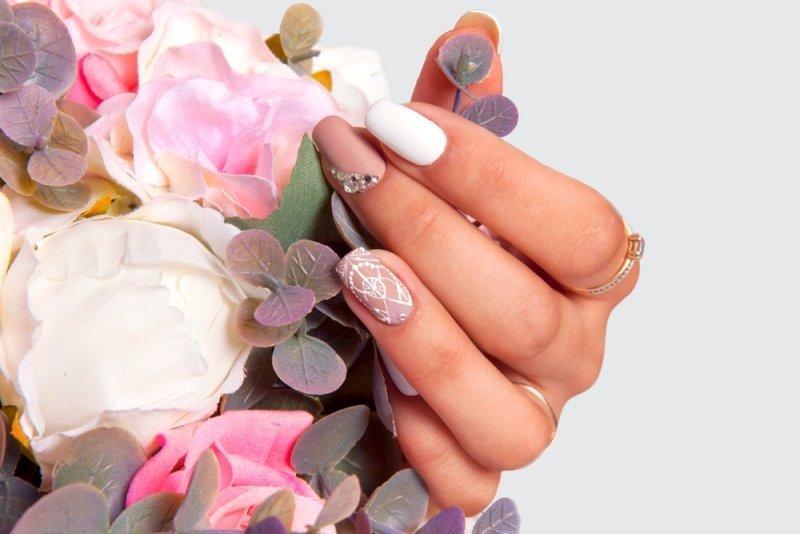 Różowy manicure ślubny