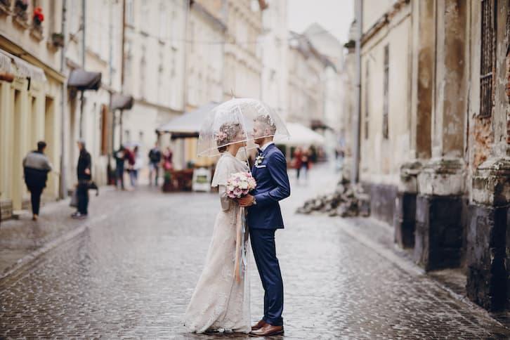 para młoda pod parasolem miasto