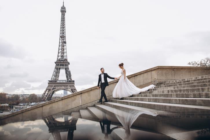 ślub za granicą młoda para w paryżu