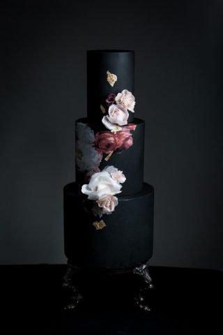 Czarny tort weselny z kwiatami