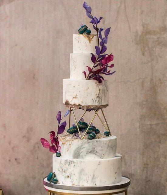 Tort weselny ze złotymi nóżkami