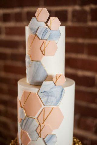 Tort weselny z figurami geometrycznymi