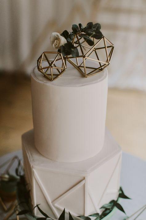 Tort weselny z małymi rzeźbami