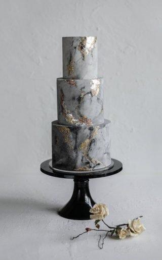 Szary tort weselny z efektem marmuru