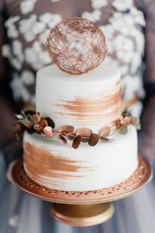 Tort weselny z miedzianymi akcentami