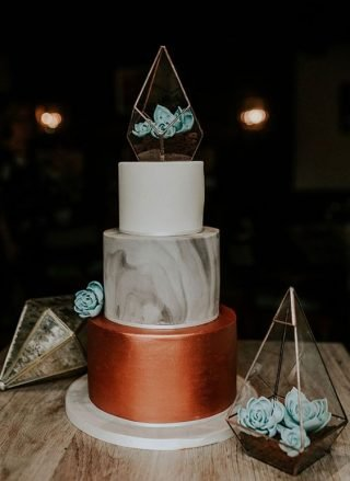 Tort weselny z roślinnym terrarium