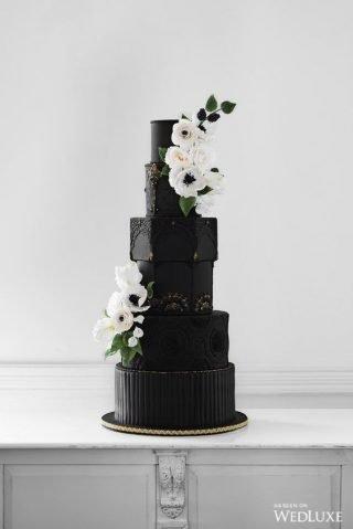 Czarny tort z białymi kwiatami