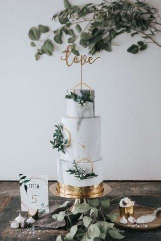 Tort weselny z marmurem