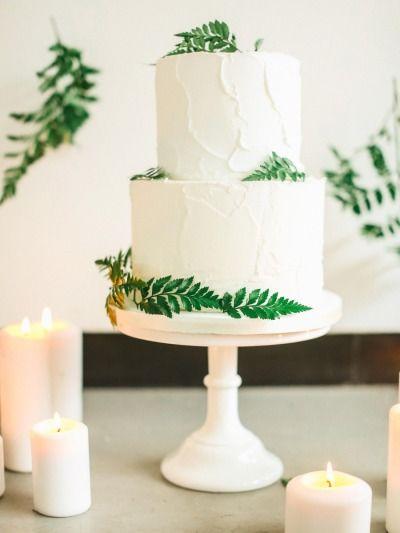 Tort weselny z liśćmi paproci