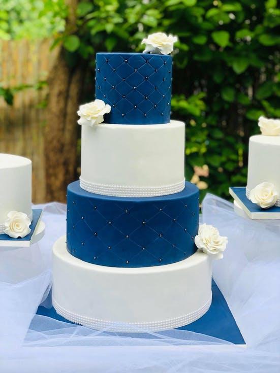 biało-niebieski tort weselny z kryształkami