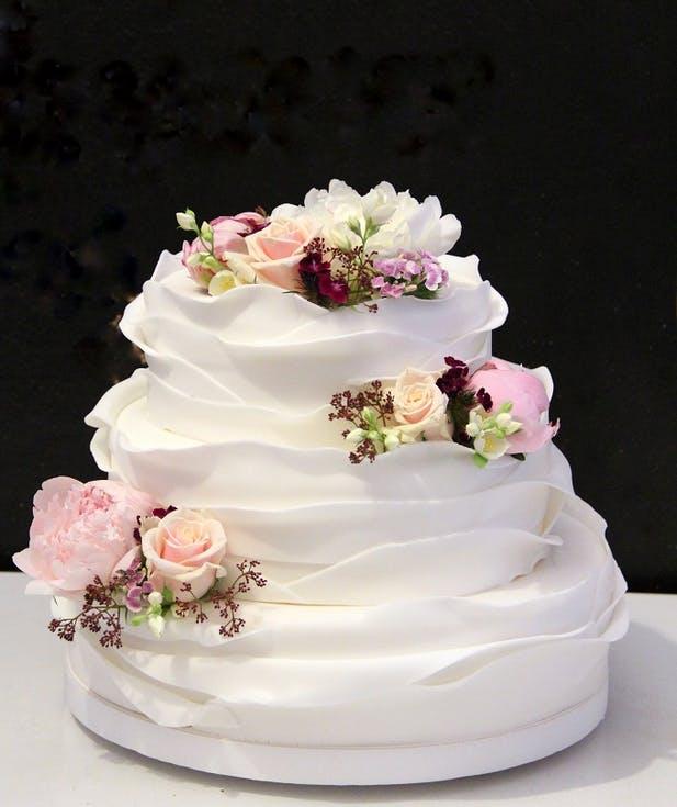 białe torty weselne z falbankami