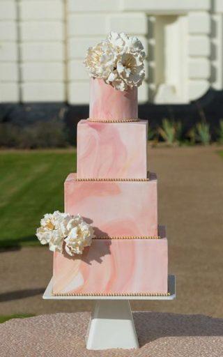 Różowy tort weselny marmurkowy