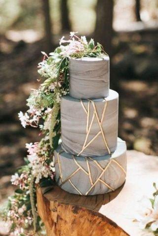 Tort weselny ze złotymi paskami