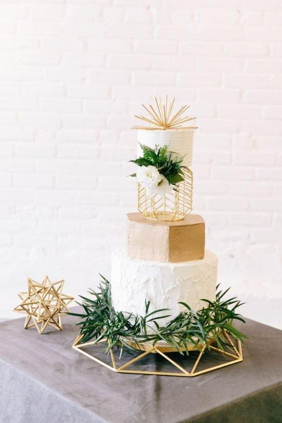 Tort weselny ze złotą rzeźbą