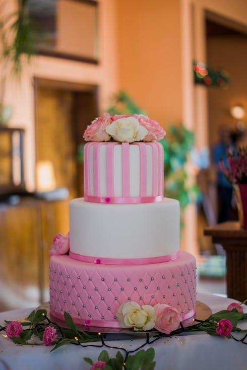 różowe torty weselne z kryształkami