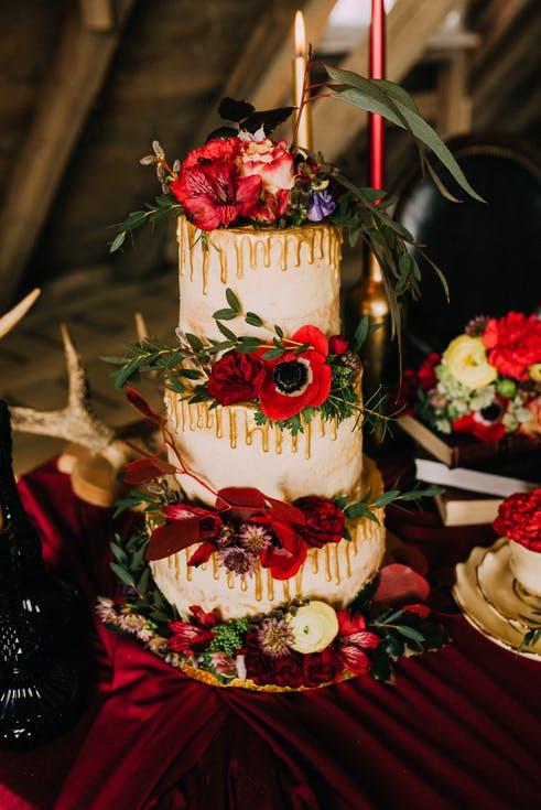tort weselny z czerwonymi kwiatami