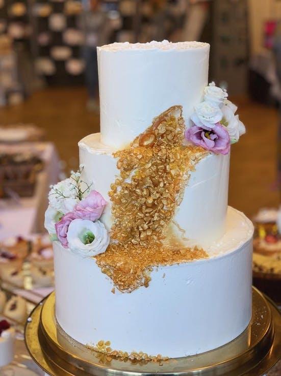 tort weselny z drobinkami złota