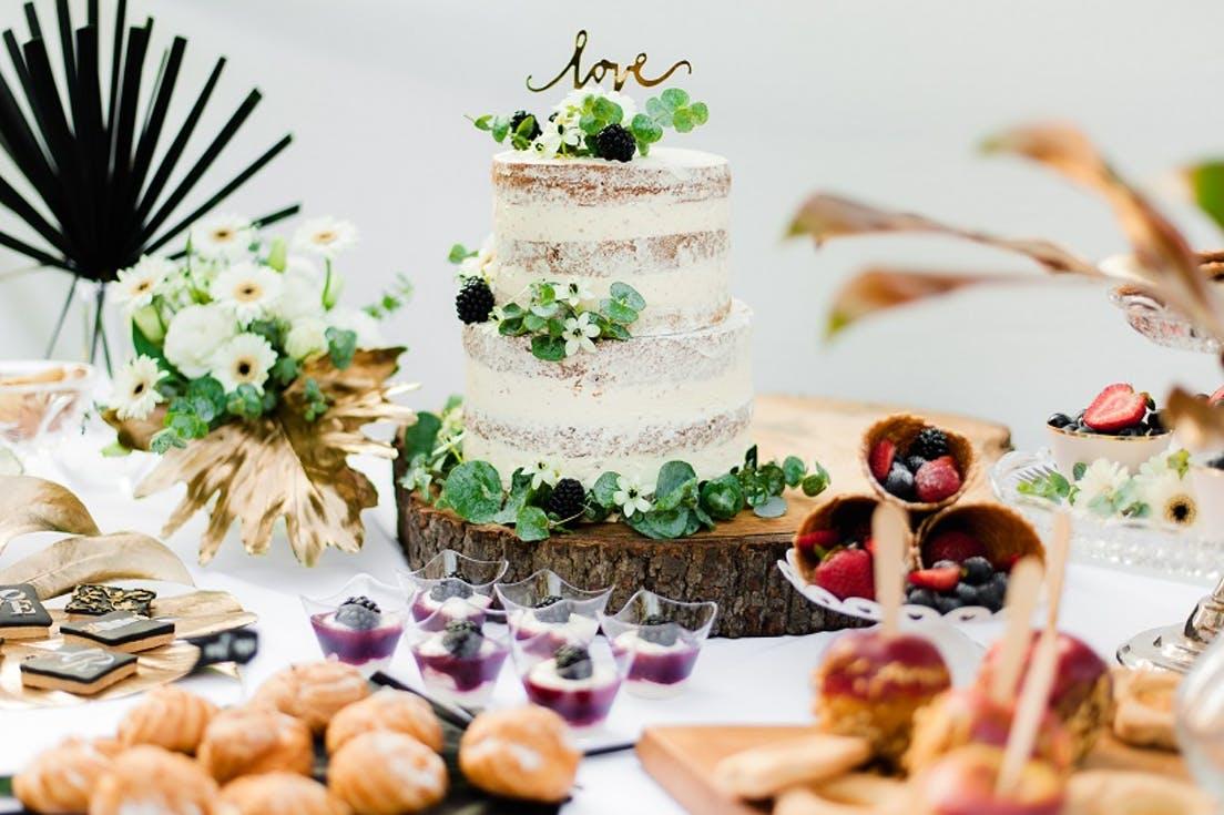 tort weselny z liśćmi