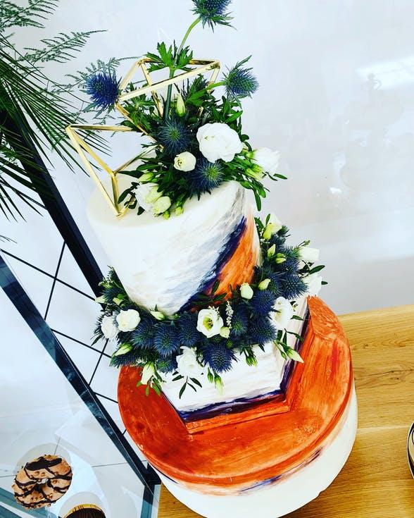 tort weselny z roślinami