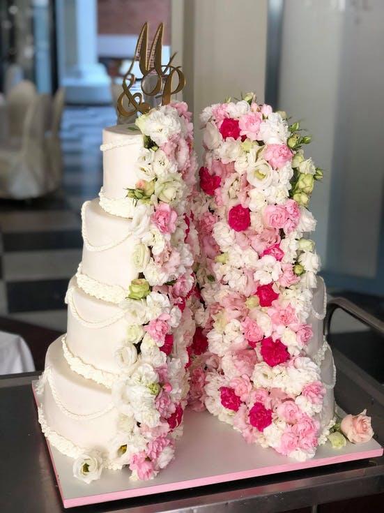 torty weselne z różowymi kwiatami