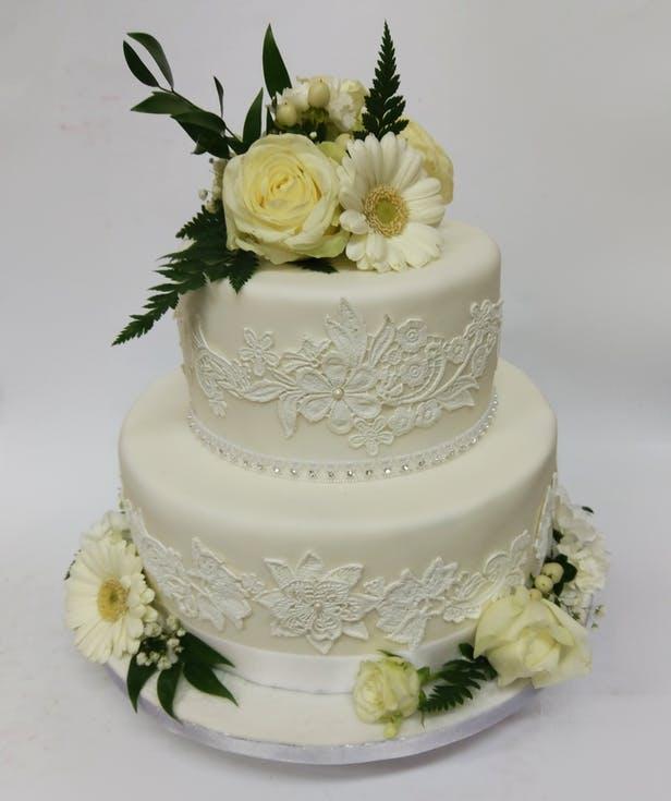 biały tort weselny z paprocią
