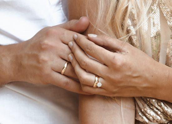 Na której dłoni i palcu nosi się obrączkę ślubną? - zdjęcie 4